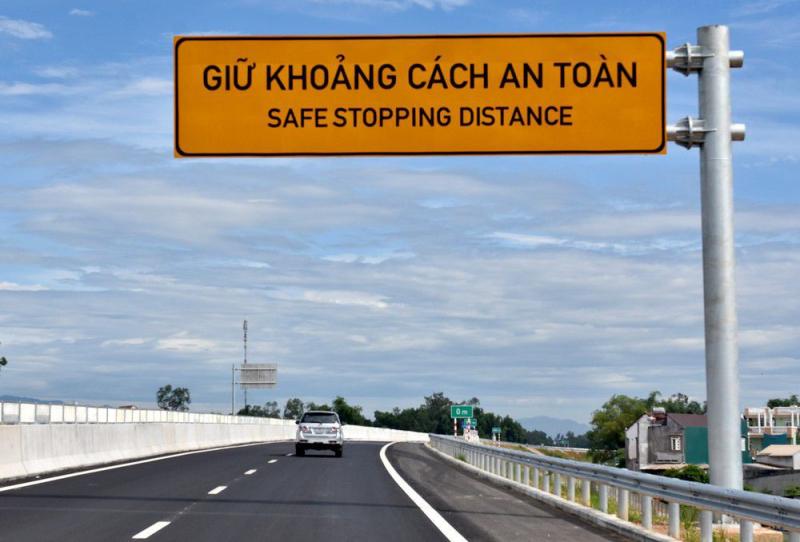 Không giữ đúng cự ly tối thiểu với xe phía trước