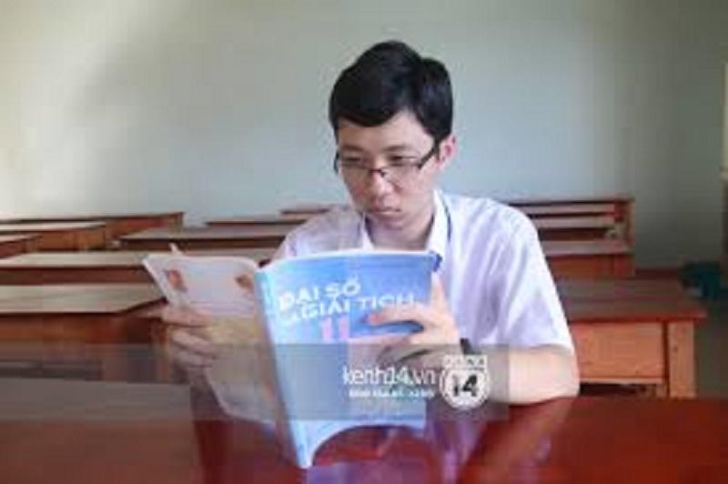 Nhật Minh tự học ở lớp