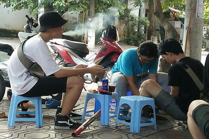 Bên cạnh đó, bạn hút thuốc lá không chỉ ảnh hưởng tới bạn mà còn ảnh hưởng tới những người xung quanh bạn.