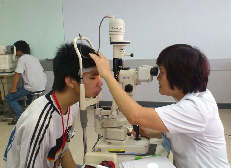 Nên kiểm tra mắt thường xuyên