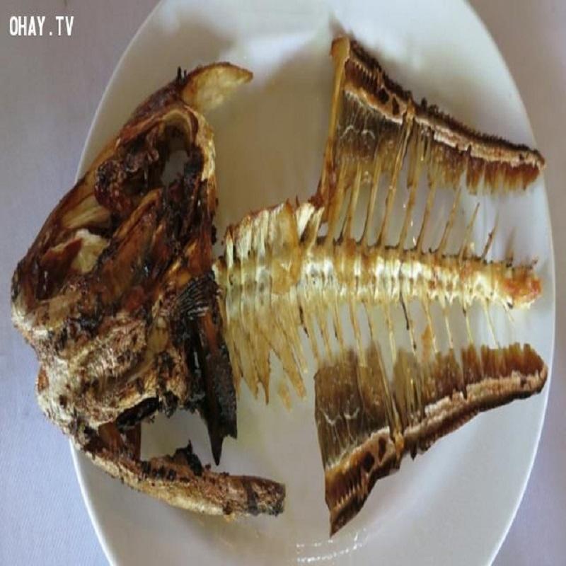 Nên tránh lật cá khi ăn