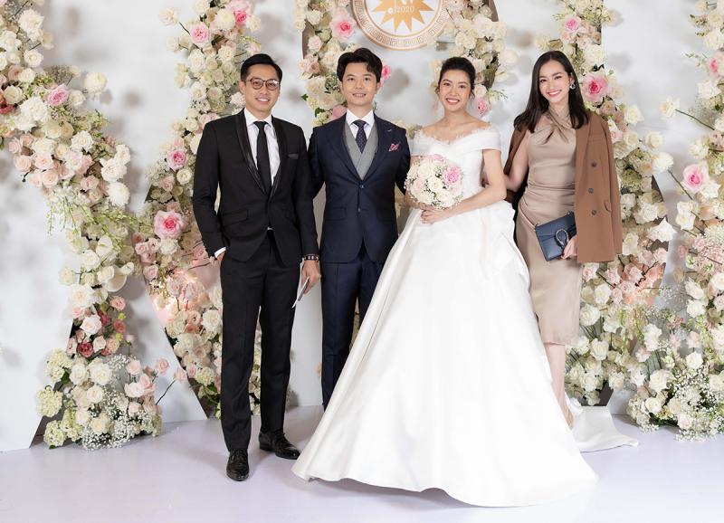 Hãy tiết chế cảm xúc của mình và lựa chọn cho mình những bộ trang phục thời trang cá tính phù hợp hơn khi tham dự đám cưới.