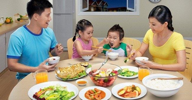 Nên mời cơm người lớn tuổi trong bữa ăn
