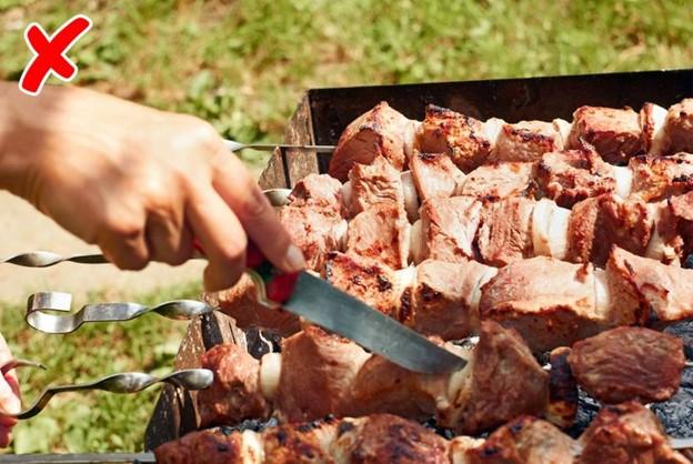 Không nên cắt miếng thịt để kiểm tra xem đã chín chưa