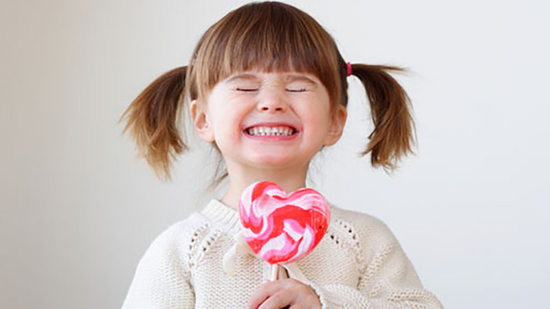 Không nên cho trẻ ăn vặt bánh, kẹo và nước ngọt