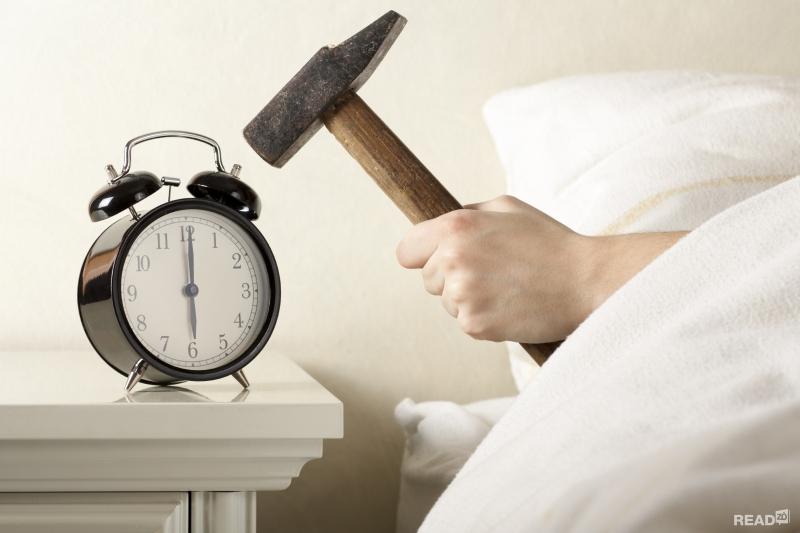 Không nên đặt báo thức cạnh giường ngủ