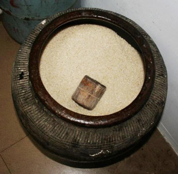 Hũ gạo tượng trưng cho sự giàu có và tài sản của gia đình