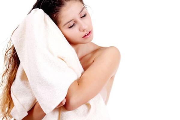 Không nên lau tóc bằng khăn