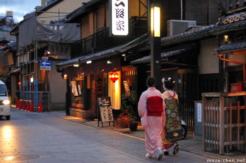 Những Geisha thường sống trong một khu phố riêng biệt để tiện cho việc học hành