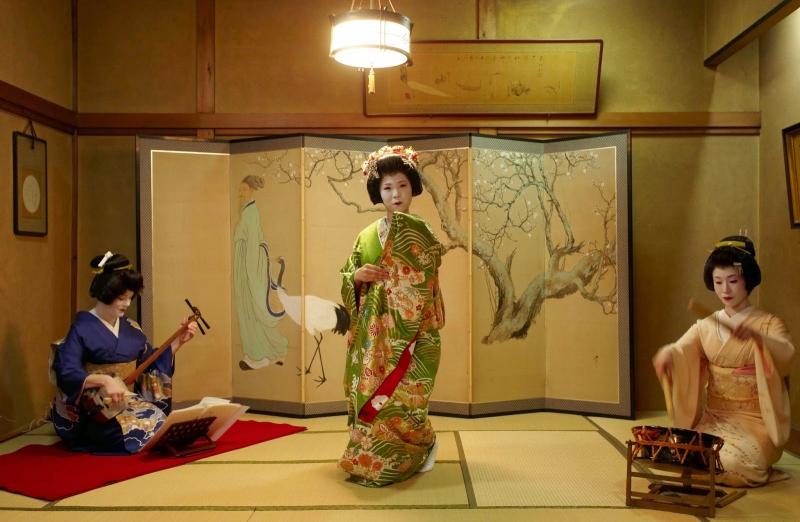 Geisha là những người chỉ chuyên phục vụ tiệc rượu