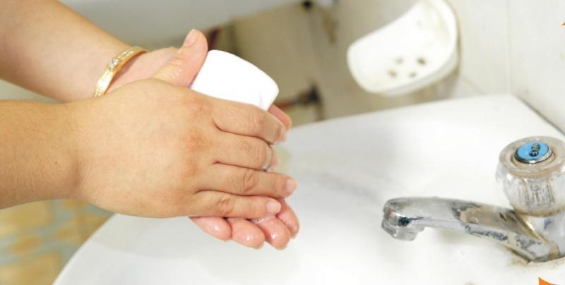 Không rửa tay trước khi chăm sóc trẻ