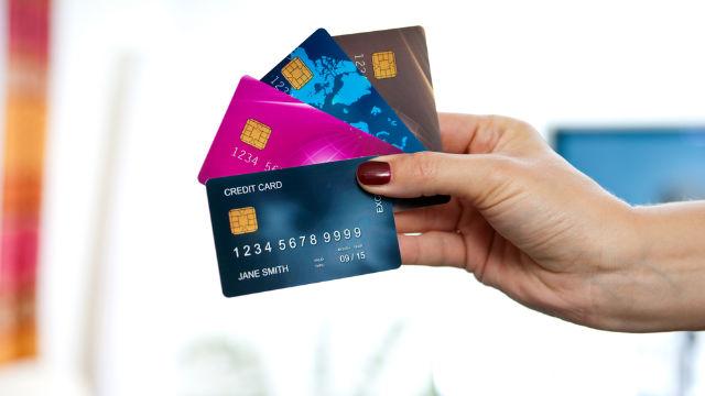 Mua sắm bằng thẻ tín dụng thường khiến bạn chi tiêu nhiều hơn 12% so với việc rút tiền mặt ra khỏi ví.