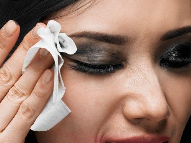 Không tẩy trang khiến vi khuẩn và hóa chất tích tụ làm hại đối mắt