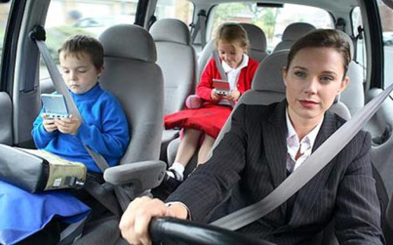 Không thắt dây an toàn tại vị trí có trang bị dây an toàn khi xe đang chạy.