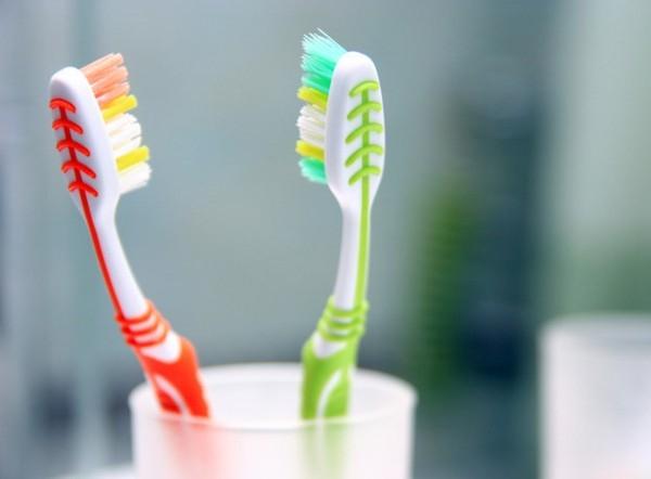 Lười thay bàn chải đánh răng khiến vi khuẩn tích tụ