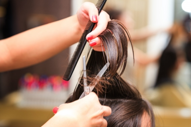 Tỉa tóc thường xuyên để hạn chế rụng tóc (Ảnh: Internet)