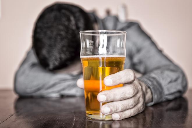 Không uống rượu, bia khi đang đói bụng