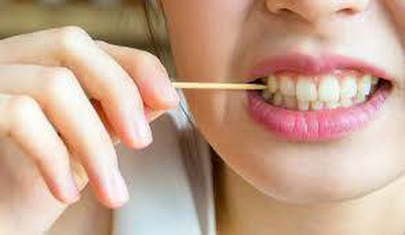 Không xỉa răng, hay dùng tay lấy thức ăn mắc trong răng trước mặt người khác
