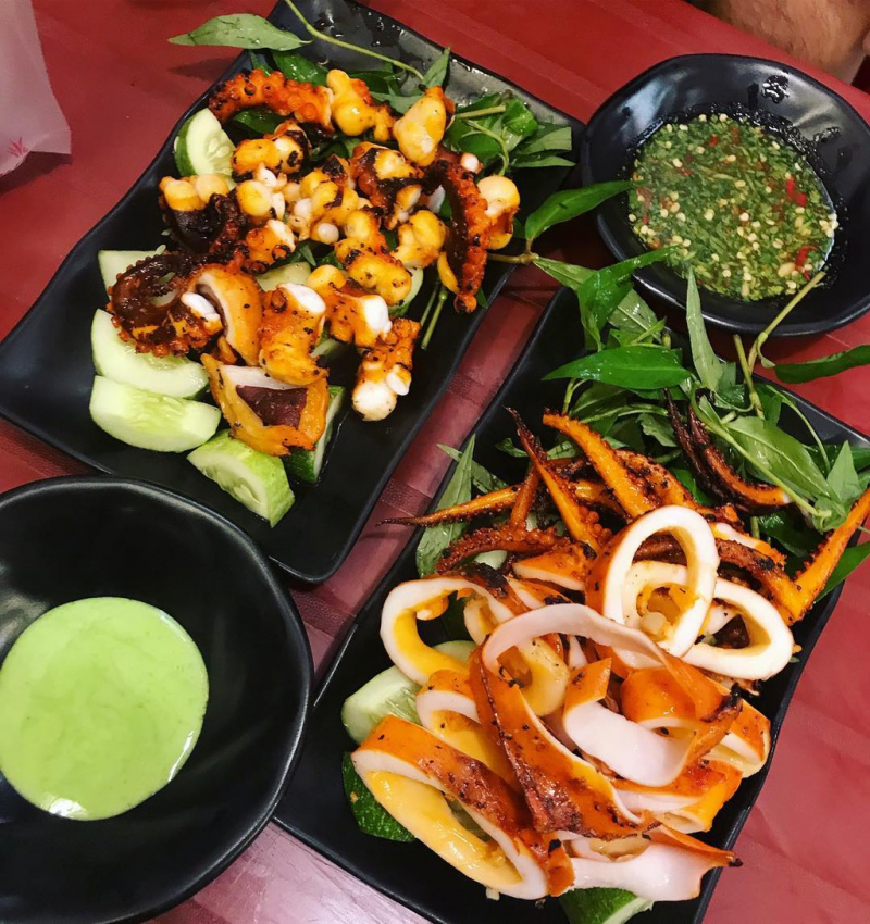 Trong vô vàn món ăn vặt thơm ngon, khu ăn vặt này nổi tiếng bởi các món nướng
