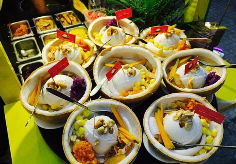 Khu ăn vặt Hoàng Hoa Thám là địa điểm thu hút nhiều bạn trẻ Sài Thành