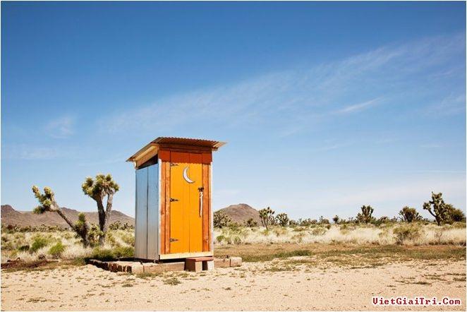 Toilet màu cam nổi bật giữa sa mạc.