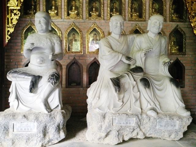 Mỗi pho tượng có hình dáng và thần thái khác nhau