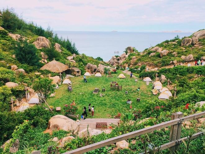 Khu lều trại hướng ra biển