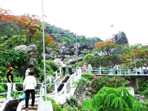 Những cây cầu thang nhỏ dẫn từng đoàn khách lên đồi