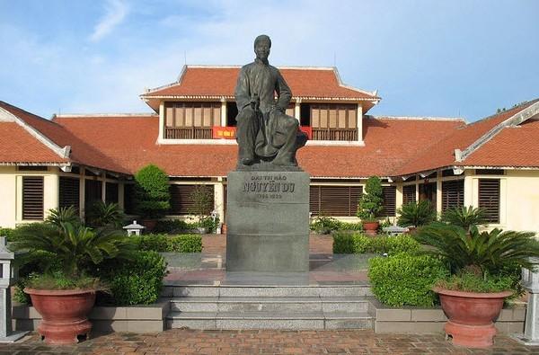 Đến với khu di tích Đại thi hào Nguyễn Du tất cả du khách sẽ biết rõ hơn về cuộc đời cũng như khối sự nghiệp tài sản văn chương mà người để lại