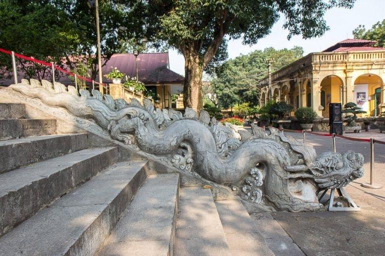 Thềm rồng đá ở điện Kính Thiên