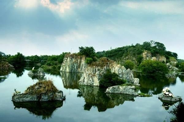 Hồ Long Ẩn mang vẻ đẹp thơ mộng
