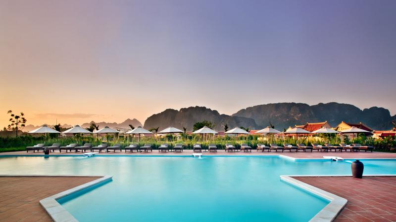 Bạn có thể tận hưởng những dịch vụ cao cấp của resort Emereralda như thư giãn tại bể bơi ngoài trời
