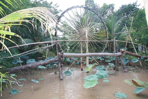 Cây cầu nhỏ bắc qua sông được tái hiện lại một cách chân thực và sinh động về một miền quê Tây Nam Bộ