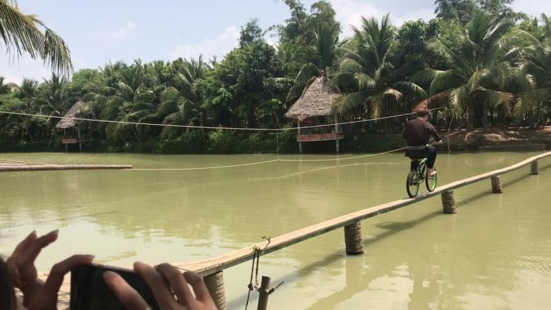 Có bạn nào đã thử chạy xe đạp trên cầu như thế này chưa ?