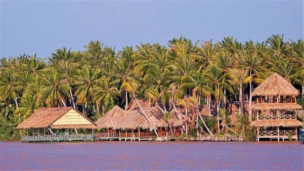 Làng Bè được bao quanh bởi sông nước và rừng dừa