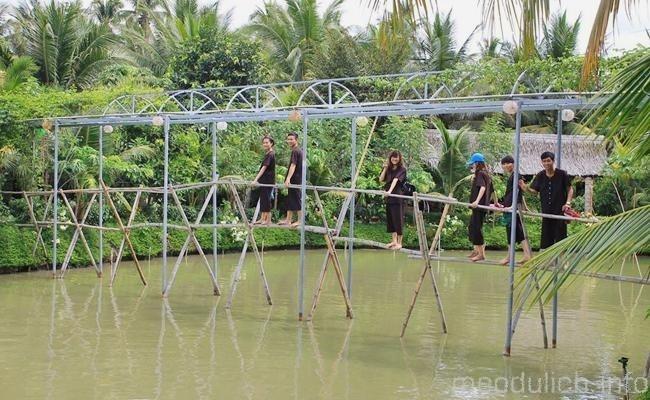 Đi qua cầu khỉ