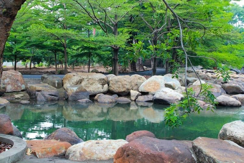 Cảnh quan bao gồm nhiều sinh thái tự nhiên như rừng cây, sông suối và thác nước sống động như thật lại còn ẩn chứa gì đó chút nên thơ