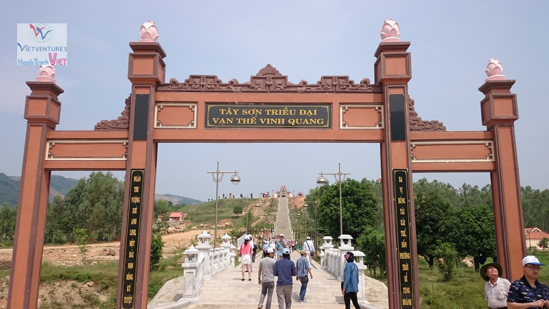 Cổng chính Khu tâm linh Ấn Sơn.