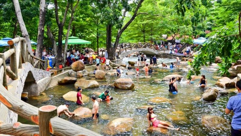 tắm suối tại Khu du lịch Thủy Châu