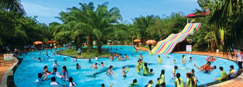 Bể bơi tại khu du lịch