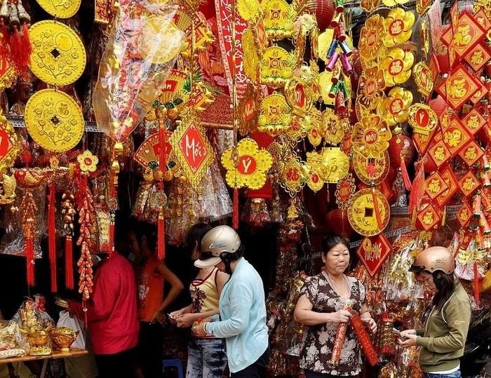Khu chợ Tết ở phố Hải Thượng Lãn Ông nổi bật với sắc đỏ sắc vàng ngày Tết