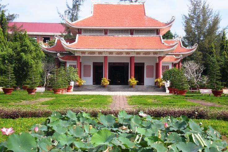 Phía trước khu lăng mộ Nguyễn Thị Định