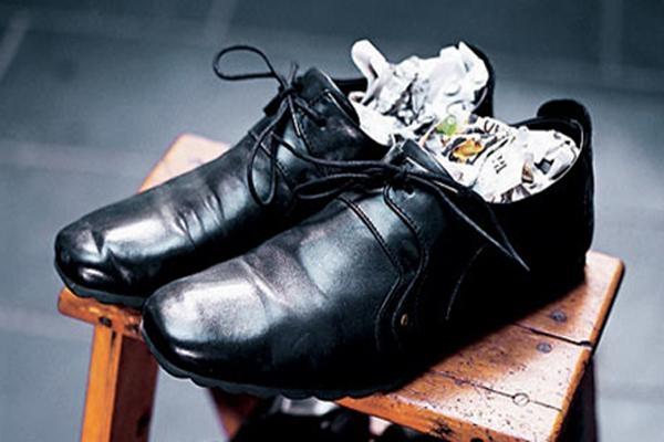 Để chống baking soda vương vãi làm bẩn giày, bạn có thể lót một lớp khăn giấy vào bên trong giày trước rồi mới cho baking soda vào trong.