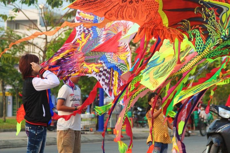 Những con diều đầy màu sắc và kiểu dáng được bày bán khắp nơi