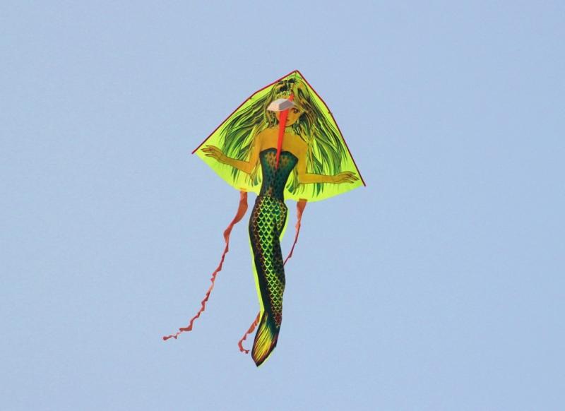 Một nàng tiên cá đang bay lượn trên bầu trời xanh biếc