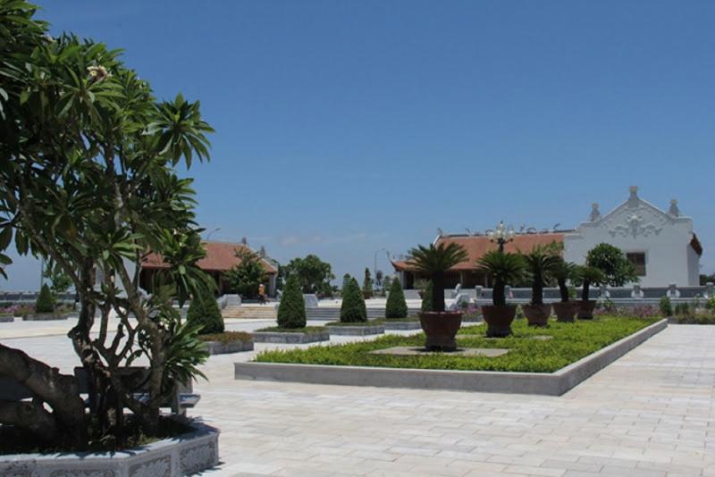 Khuôn viên rộng lớn trong khu tưởng niệm