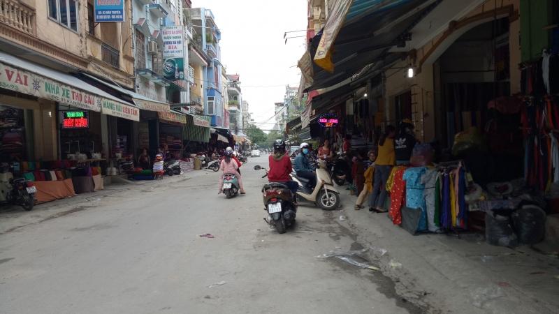 Các cửa hàng vải nằm ngay hai bên đường
