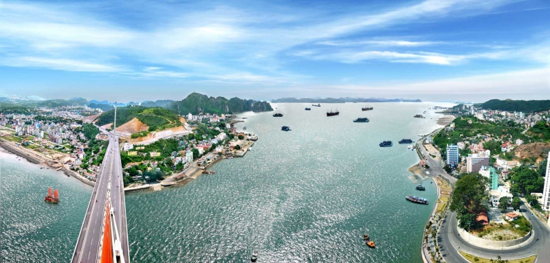 Đôi bờ Hạ Long nhìn từ Tuần Châu