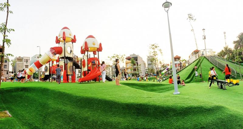 Toàn cảnh khu vui chơi, bãi trượt cỏ, và cầu trượt ống