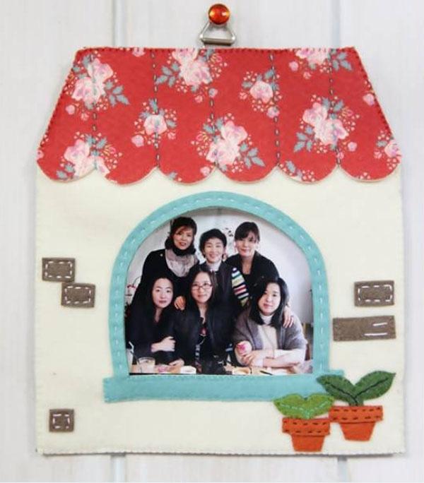 Một bức ảnh gia đình được lồng ghép trong khung ảnh handmade do bạn làm là món quà rất tuyệt